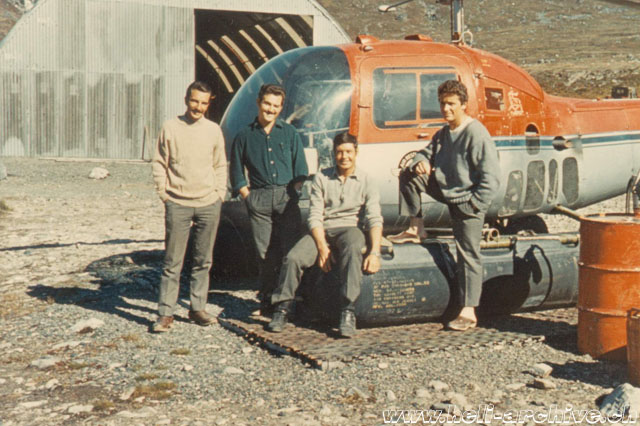 Greenland, summer 1968 - The team of Heliswiss in service on behalf of the GGU geological expedition, from left: the pilot Markus Burkhard, the mechanics Paul Schmid and Bruno Widmer and Jean-Pierre Füllemann (archive P. Füllemann)