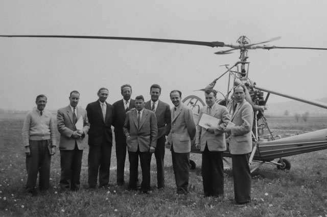 Dällikon/ZH, May 17, 1954 - Emil Müller (third from right) was among the first in Switzerland to obtain a commercial helicopter pilot licence (archive J. Bauer)