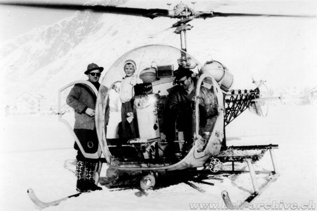 Andermatt/UR, winter 1957 - Emil Müller at the controls of the Agusta-Bell 47G2 HB-XAO in service with Heliswiss. The child in the cabin is Urs Aecherli, who later became an excellent helicopter pilot (U. Aecherli)