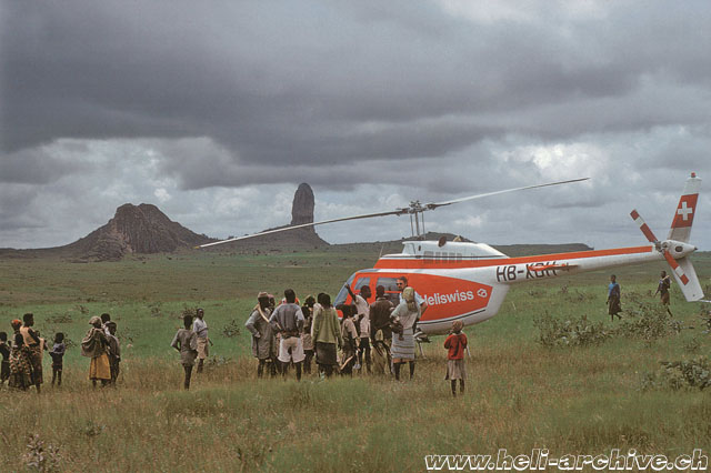 1975 - In a few minutes the Bell 206B Jet Ranger II HB-XDH employed on behalf of the UN is surrounded by a crowd of unlookers (P. Aegerter)