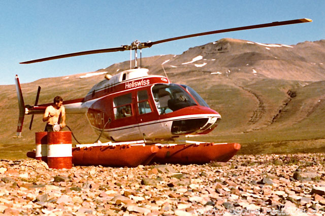 Greenland, summer 1971 - Silvio refuels the Bell 206A Jet Ranger HB-XDH in service with Heliswiss (S. Refondini)
