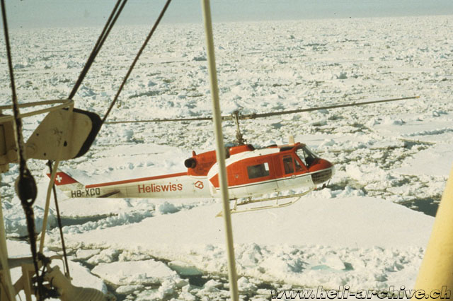 Spitsbergen island, May 1972 - JB Schmid is charged to discharg drilling equipment from a merchant ship using the Agusta-Bell 204B (JB Schmid)