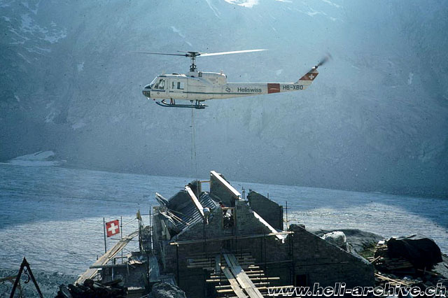 Transportation of building material with the Agusta-Bell 204B HB-XBO in service with Heliswiss (JB Schmid)