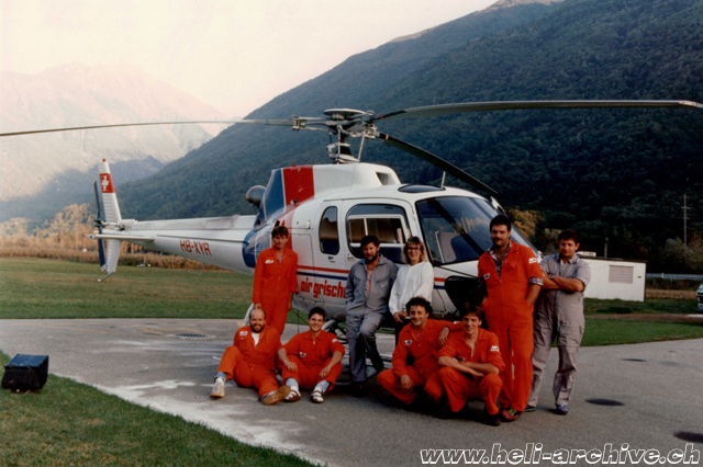 San Vittore 1992 - Heinz von Wyl (beside the door) along with the team of Air Grischa. The second pilot with the gray overalls is Diego Marangon (P. Menghetti)