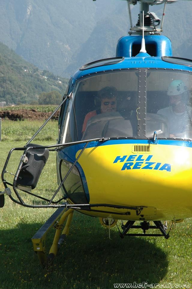 San Vittore/GR, August 2008 - Heinz von Wyl at the controls of the AS 350B3 Ecureuil HB-ZCM in service with Heli-Rezia (M. Bazzani)