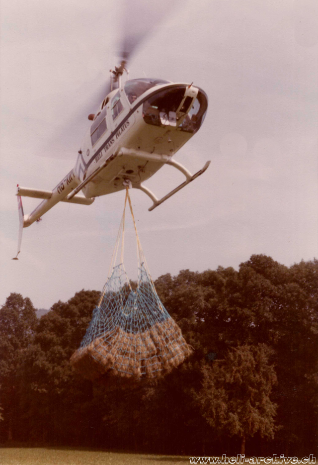 October 1979 - Trasportation of hay with the Bell 206B Jet Ranger II HB-XIM in service with Heli-Trans Pilatus (family von Wyl)