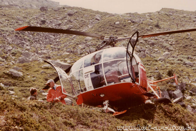 1970s - Landing in the Swiss mountains with the SE 3160 Alouette III HB-XDE. Werner Donau is standing near the helicopter and wears an orange overall (family Donau)